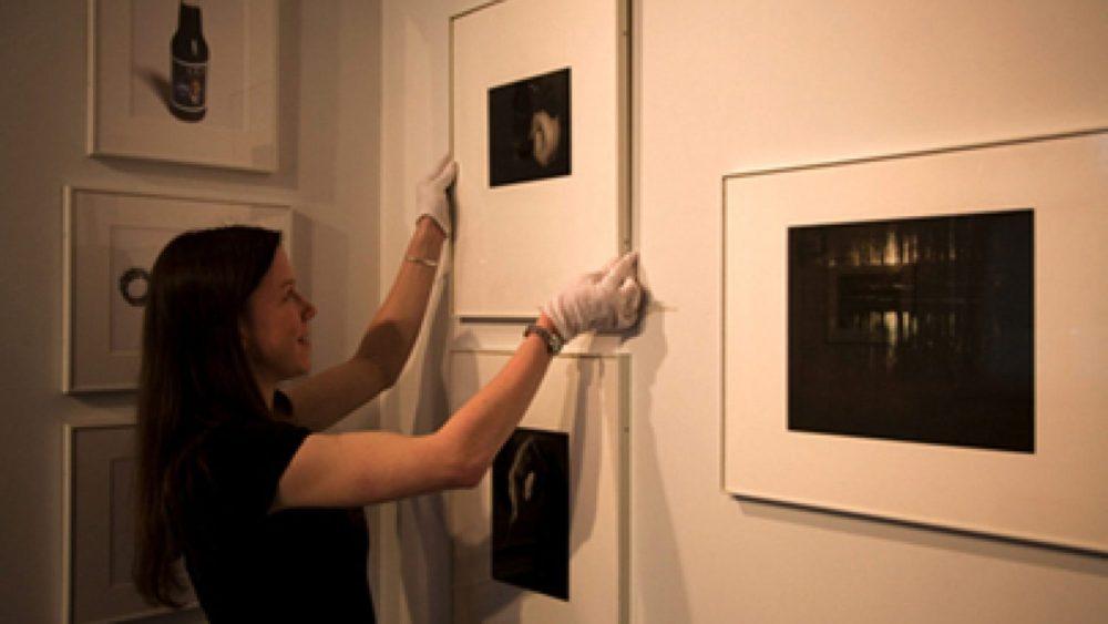 Bijusī stažiere Hilarija Torsena iekārto izstādi. Foto - Elīna Ruka