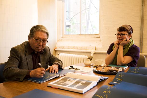 Eiko Hoso paraksta grāmatu galvenajai redaktorei Leslijai A. Mārtinai. Foto - Elīna Ruka