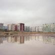 Daudzdzīvokļu mājas atspīdot ūdenī, Sahalīna
