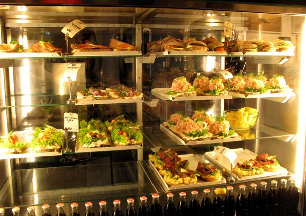 Eksponāti Fotografiska kafejnīcā. Vidējā sviestmaizes cena 95 SEK (apm. 7.60 Ls)