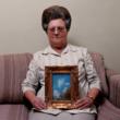 Bonija (ar eņģeļa fotogrāfiju), Portgibsona, Misisipi, 2000, no sērijas Sleeping by the Mississippi