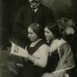 Fotogrāfs M. Luste un mācekles. Ap 1913. gadu. Foto no Latvijas Fotogrāfijas muzeja krājuma