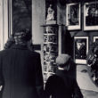 Cilvēki pie J. Lerha fotodarbnīcas skatloga. 1940. gadu vidus. Foto no Latvijas Fotogrāfijas muzeja krājuma