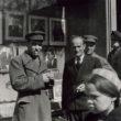 Cilvēki pie Jāņa Lerha fotodarbnīcas skatloga. 1950. gadu sākums. Foto no Latvijas Fotogrāfijas muzeja krājuma