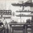 Jāņa Rieksta fotolaboratorija. Pie galda retušē Vera Andersone. Fotogrāfs - nezināms. 1925. gads. Foto no Latvijas Fotogrāfijas muzeja krājuma