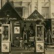 """Foto-kino tirdzniecības nama """"A. Cālītis"""" reklāmas stends 3. izstādē Rīgā. 1923. gads. Foto no Latvijas Fotogrāfijas muzeja krājuma"""