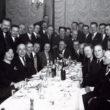 Pirmo fotogrāfu amata meistaru kursu beidzēji un Vilis Rīdzenieks pie galda. 1930.g. Foto no Latvijas Fotogrāfijas muzeja krājuma
