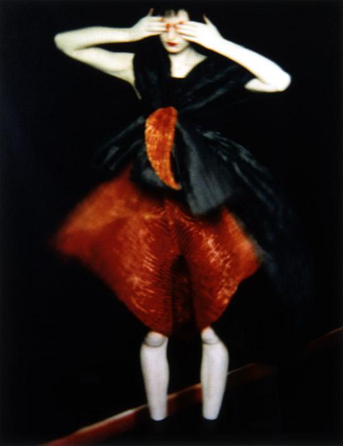 © Sāra Mūna, Terēza Stjuarte Issey Miyake tērpā, 1995