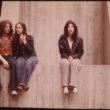 Toms Haberds (Hubbard, Tom), Strūklakas skvērs Sinsinati piepilsētā. Cilvēki, apsēdušies uz metro gaisa šahtas, izbauda vēso sestdienas pēcpusdienu (05/1973)