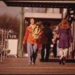 Brūss Bispings (Bisping, Bruce), Ielas skats rudenī ar gājējiem jaunajā Ulmā, Minesotā (1974)