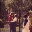 Vils Blanšs (Blanche, Wil), Pavasara ainava pie žoga blakus vēsturiskajai Trīsvienības baznīcai uz Brodvejas un Volstrītas stūra, Manhetena (05/1973)