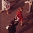 """Vils Blanšs (Blanche, Wil), Atpakaļceļā devusies sezonas kartes īpašniece no """"Staten Island"""" prāmja pasniedzas pēc skrejlapiņas (05/1973)"""