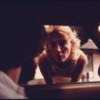 Linta Skota Īlere (Eiler, Lyntha Scott), Mašīnas īpašnieks, sēžot savā automašīnā pēc tehniskās apskates, izjautā auto emisijas inspekcijas darbinieci Sinsinati piepilsētā, Ohaio (09/1975)