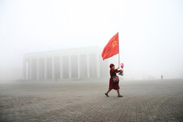 Andrejs Lenkevičs. Sieviete nes PSRS karogu Oktobra revolūcijas svētkos. Minska. 2005. gada 7. novembris