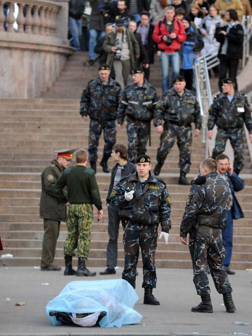 Viktors Dračevs. Miliči stāv blakus pie teroristu uzbrukumā nogalināta cilvēka līķa