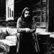 Uģis Niedre. Dzejnieks un etnogrāfs Juris Kunnoss (1948-1999) pie pumpju meistara Jāņa Bārdiņa mājas Medņi Drustu pag. (tag. - Zosēnu pag.), Cēsu rajonā