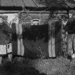 Uģis Niedre. Vecsmilktene. Kuibiševas apgabals, Sizrānes raj. Māsas Emīlija Baumane un Lūcija Krūzēna ar mātes austo šatierdeķi