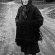 Uģis Niedre. Berta Klāsone ar Emīlijas Gailes mātes austo villaini. 1982. g. 18. sept.