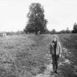 Uģis Niedre. 9 gadus vecā Taņa Rozenberga uz lauku ceļa, 1982