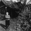 Uģis Niedre. Lidija Ivanova (dzim. Liepa, 70 g. v.) pie savas mājas. 1982. g. 17. sept.