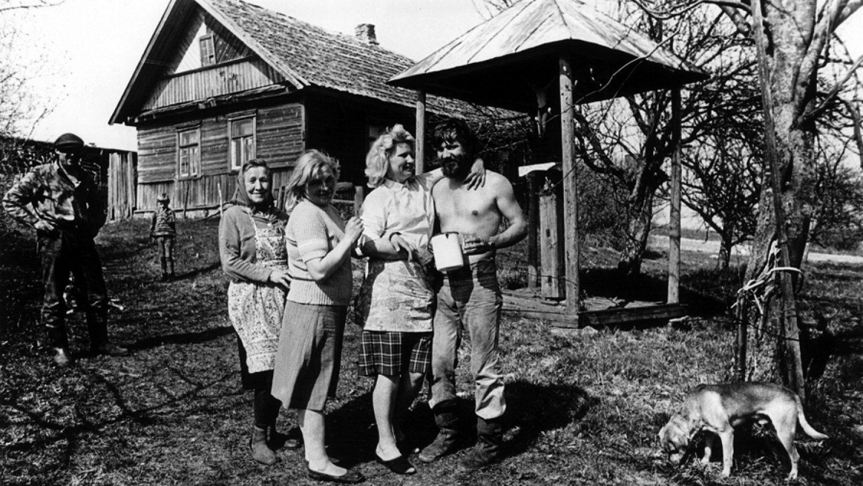 Uģis Niedre. Latgale. Pirms kartupeļu stādīšanas. Tradīcija - dārzā ir krucifikss. 1982. gads