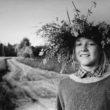 Uģis Niedre. Baiba Niedre - fotogrāfa meita Līgo vakarā uz Brenguļu māju ceļa Limbažu rajona Lādes pagastā, 1992. g. 23. jūnijs