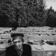 Uģis Niedre. Cēsu rajona Vecpiebalgas kolhoza Alauksts 30 gadu jubilejas galdi Alauksta ezera krastā. Sēž viens no pirmajiem kolhozniekiem Jānis Trimalnieks. 1980. g. 23. jūnijs