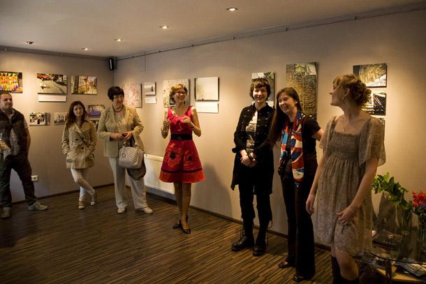 Izstādes atklāšanā Aija Krodere (no labās), Sintija Zīvarte un Kristīne Sergejeva. Foto - Elīna Ruka