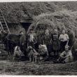 Talcinieku grupa pie siena vezuma, [194-?] (Oriģināla glabātājs- Latvijas Nacionālā bibliotēka)