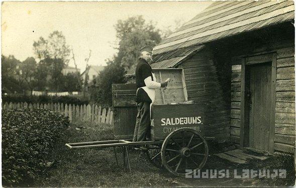 Saldējuma pārdevējs Bauskā. Foto no Bauskas Novadpētniecības un mākslas muzeja krājuma / LNB projekta Zudusī Latvija