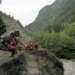 Strādnieki būvē ceļu no Žugdidi uz Mestiju. Foto - Arnis Balčus