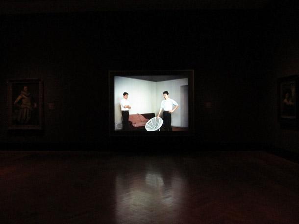 Džefa Vola gaismas kaste ir izvietota starp gleznām muzeja pastāvīgajā ekspozīcijā