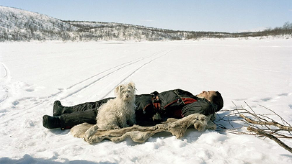 Selīna Klanē. Ole Ailo guļ uz ziemeļbrieža ādas, Masi, 2005. Fragments