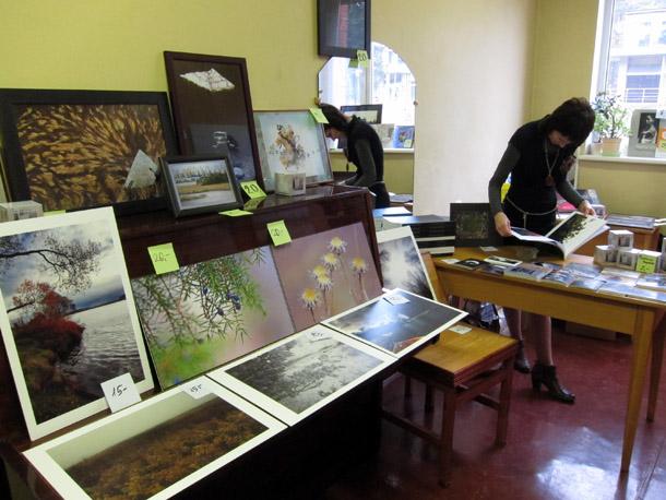 Semināra laikā bija iespējams iegādāties Ogres fotokluba biedru fotogrāfijas. Foto - Arnis Balčus