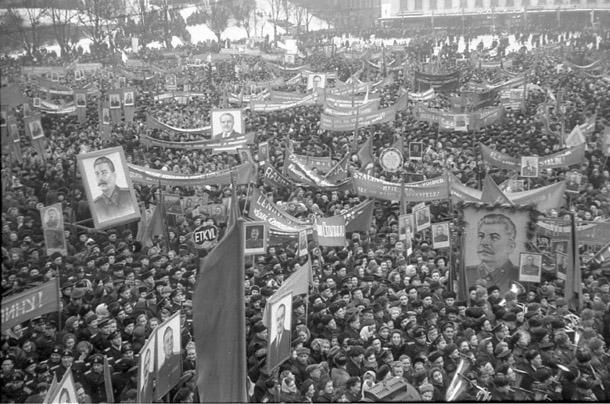 """Sanāksme Brīvības laukumā pēc Igaunijas PSR vēlēšanām. Foto - Gunnars Loss (no izstādes """"Padomju propagandas fotogrāfija 1944-1985"""")"""