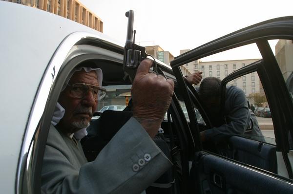 Vīrietis ar ieroci. Bagdāde, Irāka, 2003. Foto - Jurijs Kozirevs / Noor