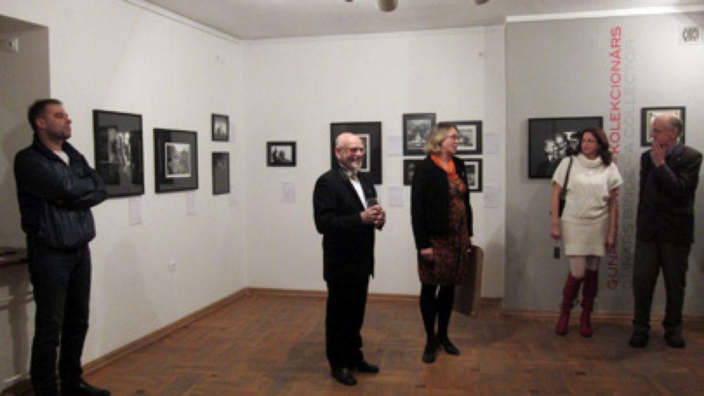 Gunārs Binde (centrā) izstādes atklāšanā Fotomuzejā