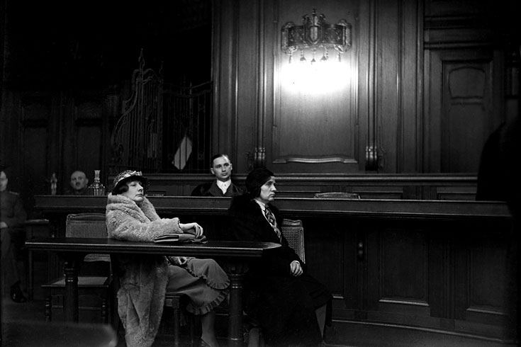 """Leo Rozentāls. Cilvēki tiesas zālē, datums nezināms. Leo piezīme pie attēla: """"Pat tiesas priekšā baronese paliek baronese."""""""