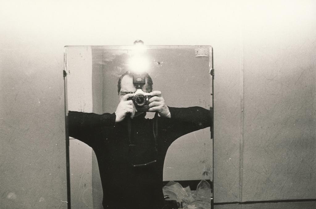 """Egons Spuris. No cikla """"Jūrmala"""". Pašportrets spogulī. Ap 1987. gadu. Mākslinieka ģimenes īpašumā"""