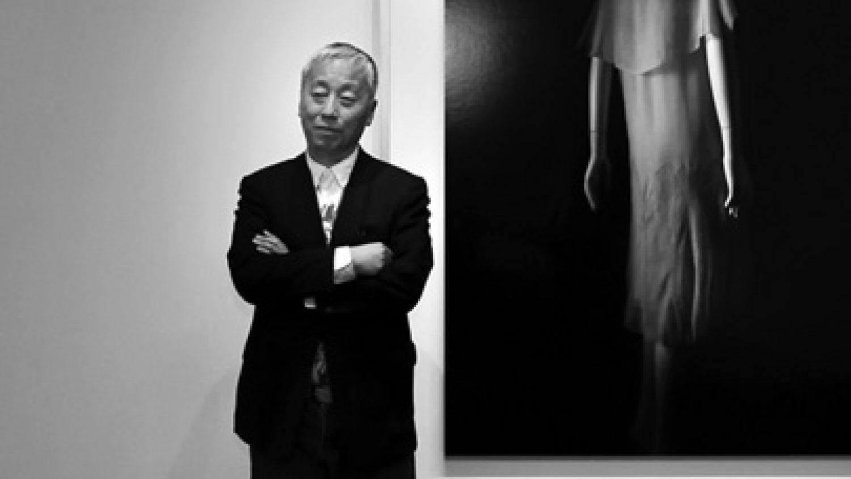 Hiroši Sugimoto izstādē pie sava darba. Foto - Endrjū Bolds