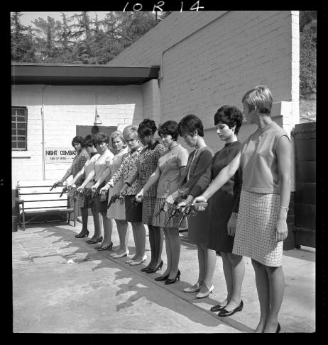 Sievietes - policistes trenējas šaušanā. 1968. Autors nezināms