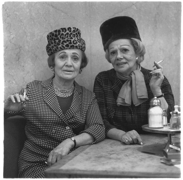 Daiena Arbusa. Divas dāmas restorānā. Ņujorka, 1966