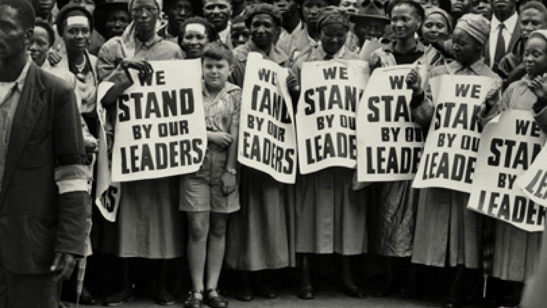 Elijs Veinbergs. Mītiņš dienā, kad tiesā tika skatīta t.s. valsts nodevības lieta. Johannesburga. 1956. gada 19. decembris