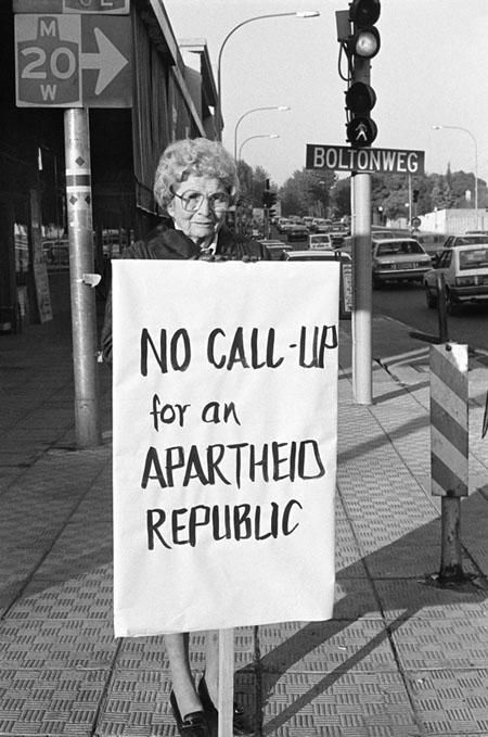 Žila de Fliha. Džīna Sinklēra, viena no biedrības Melnā lente dibinātājām, protestē pret aparteīdu. Jana Smetsa avēnija, Johannesburga. 1985. gada 30. maijs