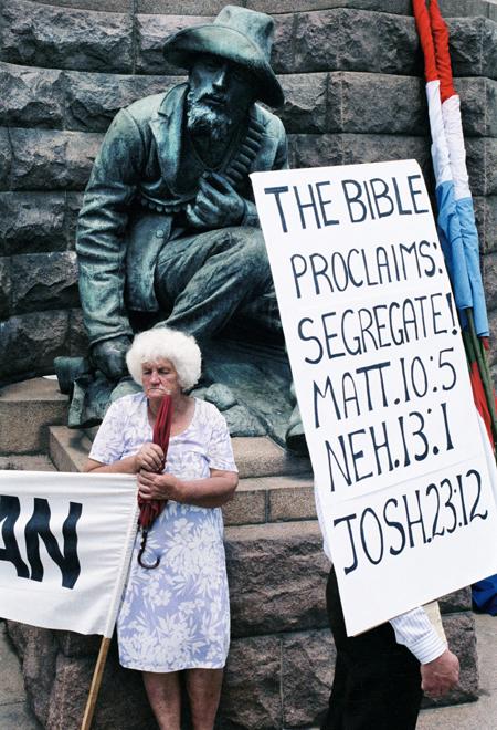 Grems Viljamss. Labējo aktīvistu grupas pulcējas Pretorijā Čērčskvērā, lai paustu sašutumu par Frederika Vilema de Klerka valdības mēģinājumiem mainīt aparteīda režīmu valstī. 1990. gads