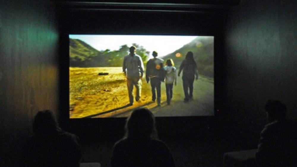Skatītāji vēro Omera Fasta filmu