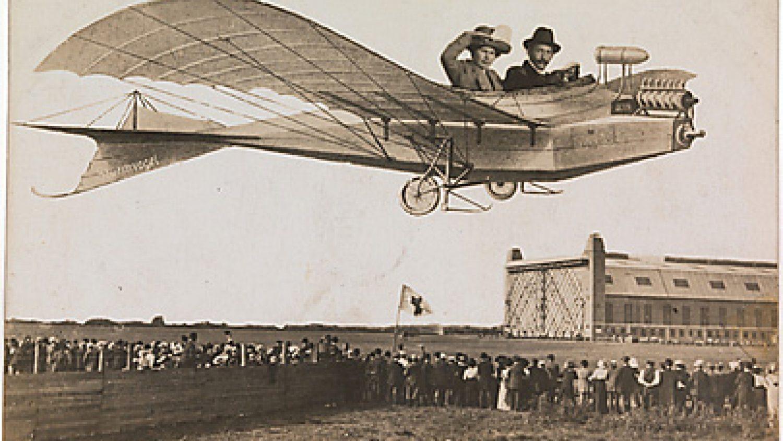Pastkarte ar pāri, kas limašīnā lido pāri pūlim. 1910. gadi, Vācija