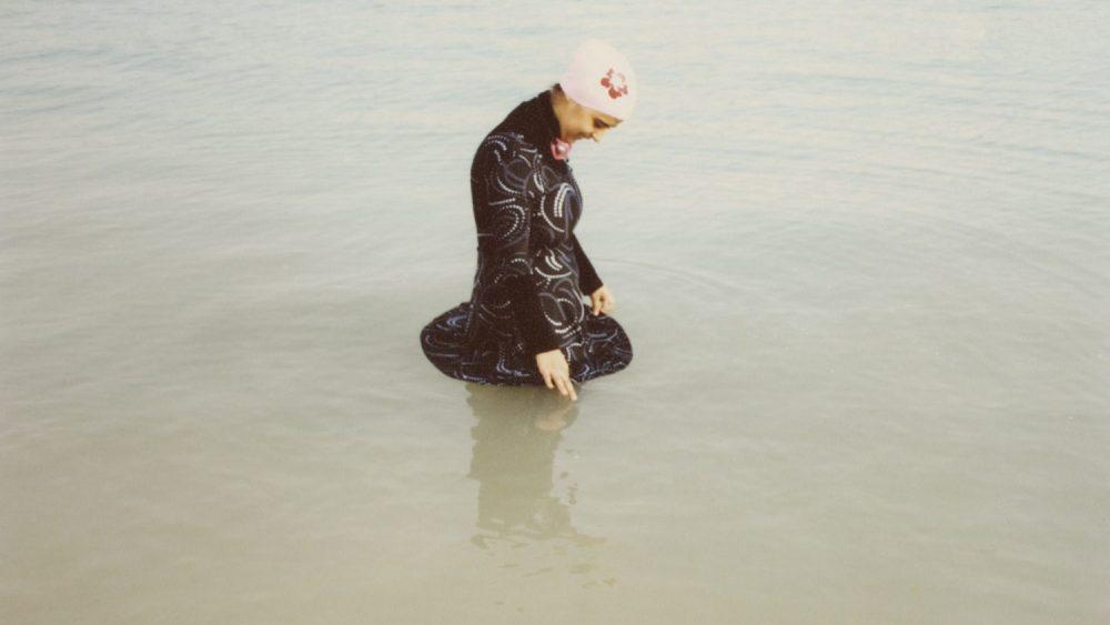 Olīvija Artūra. Diāna peldas savā musulmaņu peldkostīmā. Džida, 2009
