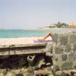 Olīvija Artūra. Sieviete sauļojas privātajā pludmalē. Džida, 2009