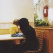 Olīvija Artūra. Māte ar bērnu gaida pārējos ģimenes locekļus ātrās ēdināšanas restorānā. Džida, 2009